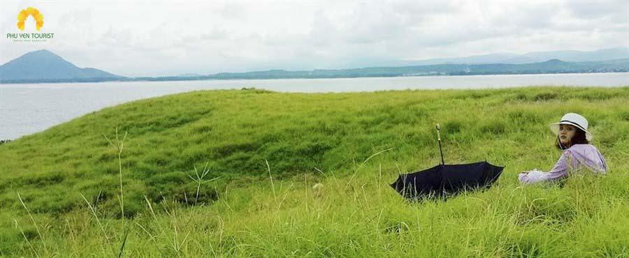 đồng cỏ xanh tại Hòn Chùa - Tour hòn chùa 1 ngày