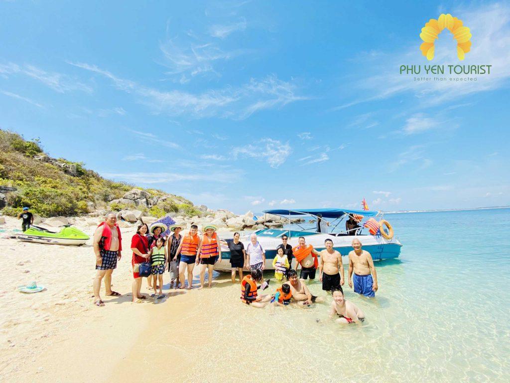 Du khách Phú Yên Tourist tắm biển Hòn Nưa